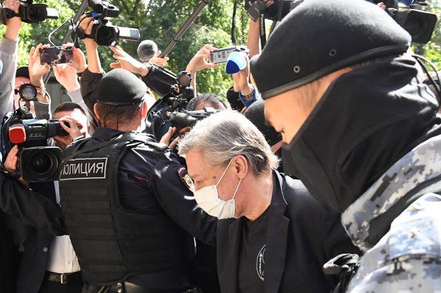 Михаил Ефремов у здания Пресненского суда перед началом судебного заседания.