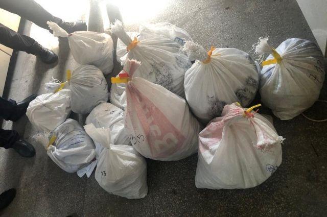 В Венгрию автобусом пытались вывезти 111 килограммов янтаря