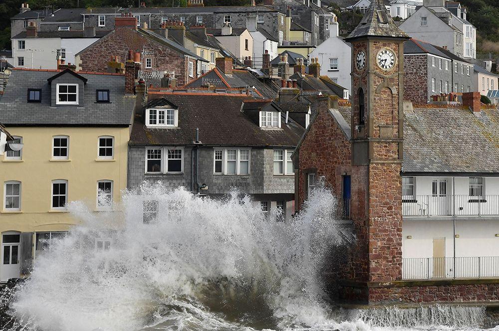 Волны на набережной в Кингсанде, графство Корнуолл, Великобритания.