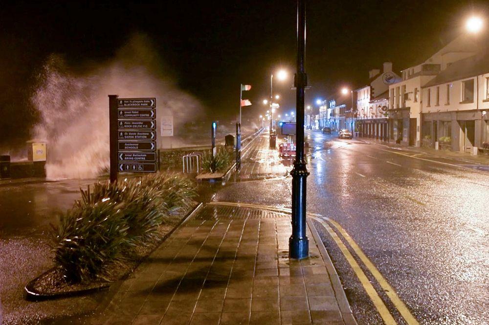 Волны на набережной в местечке Лаут, Ирландия.