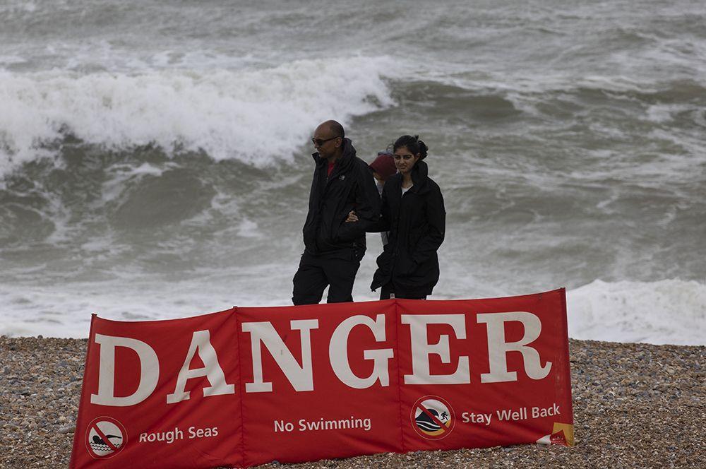 Предупреждающие таблички на пляже в Брайтоне, Великобритания.
