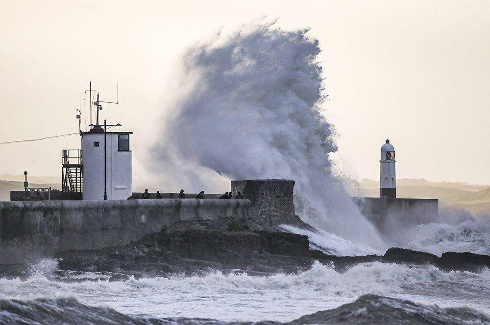 Волны в Портколе, Уэльс, Великобритания.
