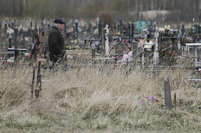 Прокуратура обязала и. о. главы Кувандыка убрать стихийную свалку на кладбище.