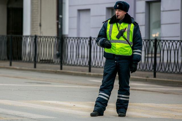 В Орске водитель грузовика может провести год в тюрьме за попытку дать гаишнику взятку.