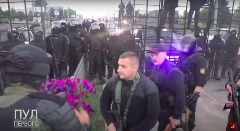 Лукашенко констатировал отсутствие протестующих и поблагодарил силовиков, охранявших резиденцию.