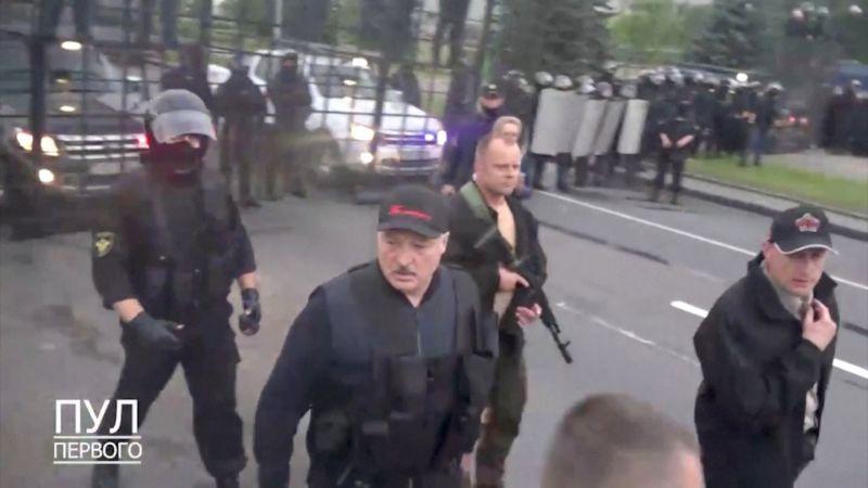 Александр Лукашенко на территории резиденции в Минске.