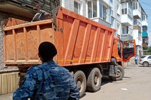 Из обычной «двушки» вывезли три грузовика мусора.