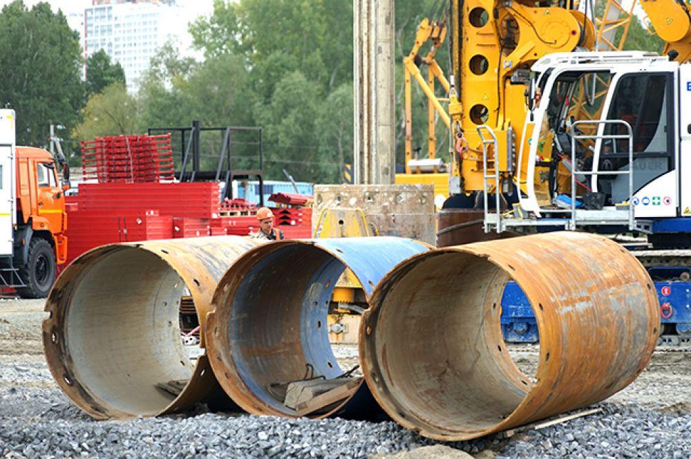 Известно, что для строительства объекта используются такие строительные материалы как  щебни, цемент, песок и металлопрокат от производителей  Новосибирска и области.
