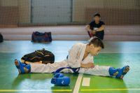 Тренер проводил занятия для взрослых и детей.