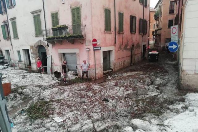 В Италии прошел ураган с градом, затопило города.