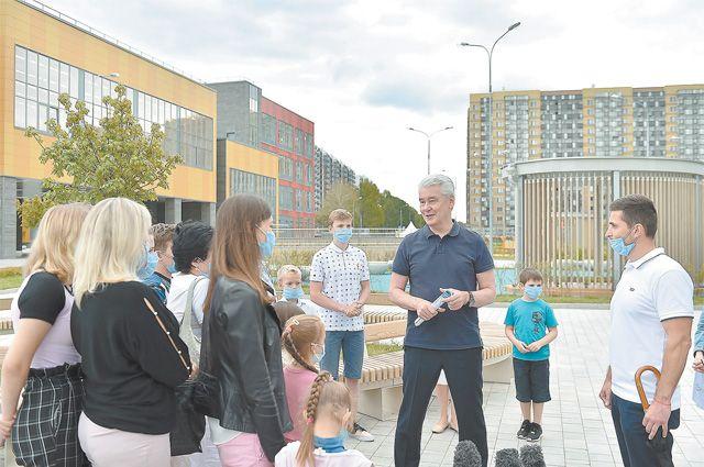 Сергей Собянин встретился сжителями района Северный прямо у нового корпуса школы № 2044.