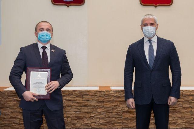 Глава Ноябрьска вручил заслуженные награды жителям города