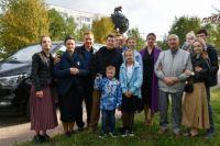 В Надыме губернатор вручил ключи от автомобиля многодетной семье