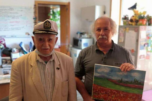 Ветеран лично вручил деньги директору реабилитационного центра.