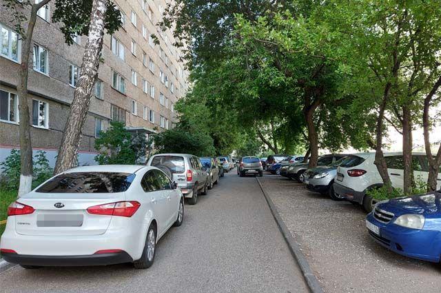 Двор на ул. Песочной, 12, в выходные полностью заставлен машинами из соседних регионов. Жильцам невозможно припарковать свой транспорт, к подъездам не могут подъехать скорые.