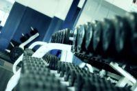 Тренажеры в спортзалах округа теперь огорожены специальными лентами, чтобы посетители соблюдали дистанцию