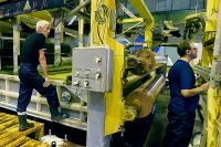 Кондровская бумажная фабрика закрылась, работает лишь один цех, рассказывают местные жители. На троицкой фабрике оборудование устарело, а денег на новое нет.