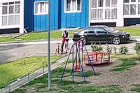 Полиция Оренбурга установила личность мужчины, бившего ребенка на детской площадке.