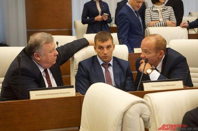 Сейчас экс-парламентарий Илья Кузьмин (на фото в центре) находится в колонии общего режима.