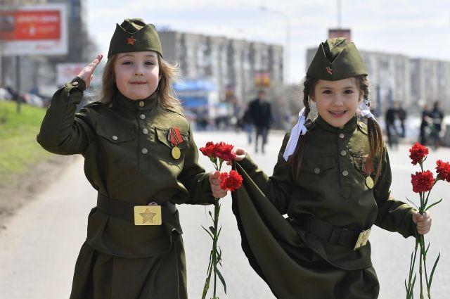 Солдатская форма на детях - это тоже их патриотическое воспитание.
