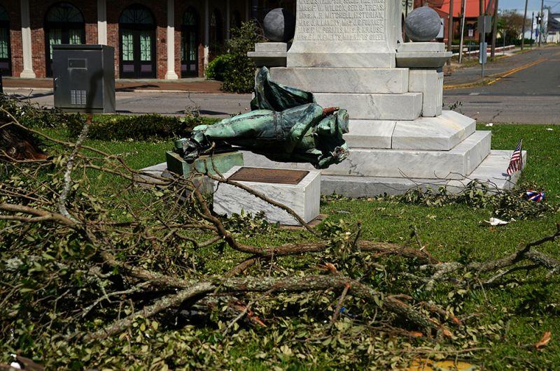 Упавший памятник конфедератам в Лейк-Чарльз в Луизиане.
