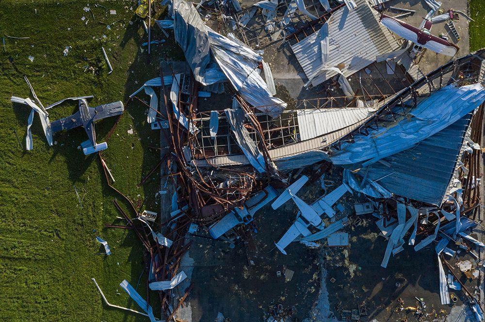 Ангар с самолетами в городе Салфер в Луизиане после шторма.