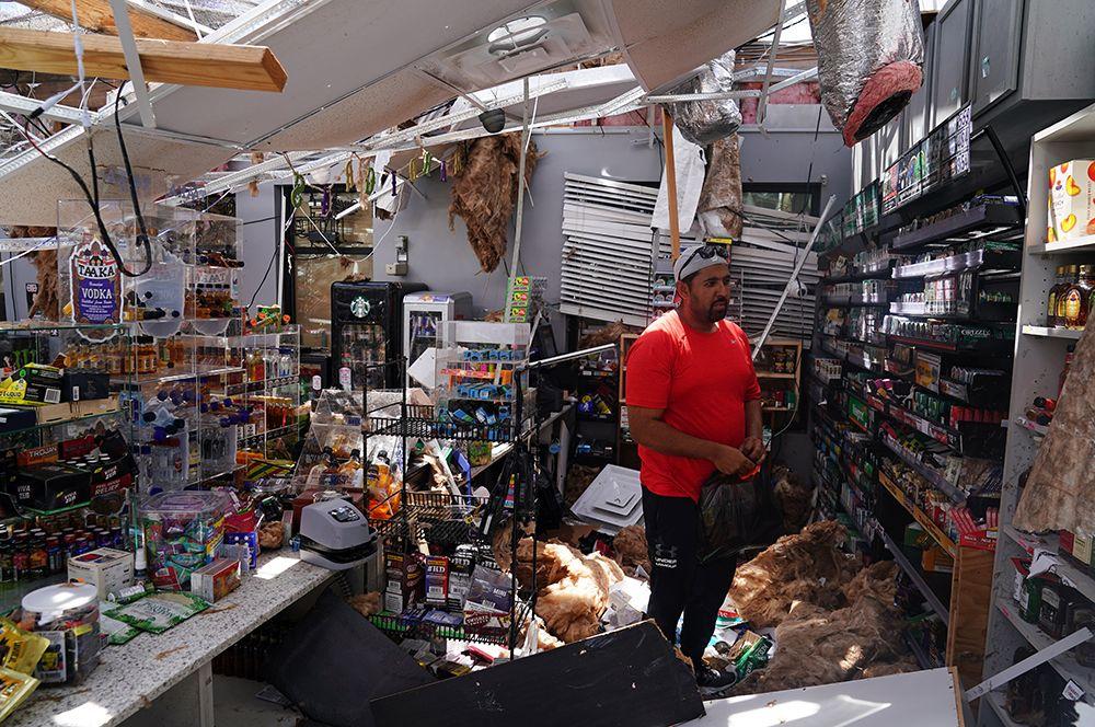 Владелец осматривает свой магазин после урагана в Лейк-Чарльз в Луизиане.