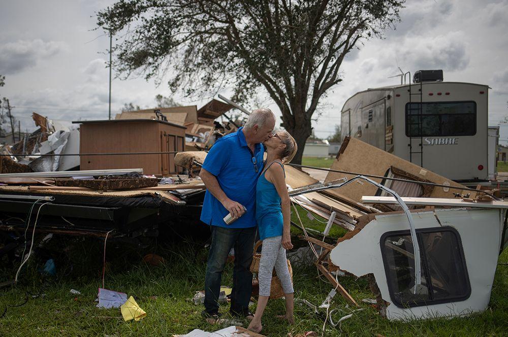 Пара из города Салфер после того, как обнаружила, что их трейлер разрушен ураганом.