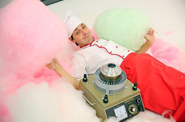 Хоть Алексей Иванов не имеет технического образования, но, тем не менее, принимал участие в создании аппарата для изготовления ваты.