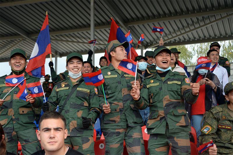 Болельщики команды армии Лаоса.