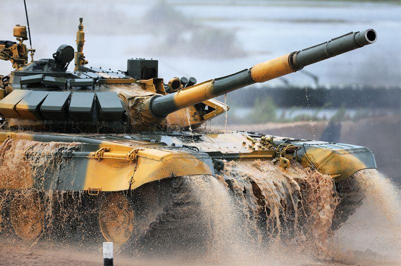 Танк Т-72 команды военнослужащих Вьетнама.