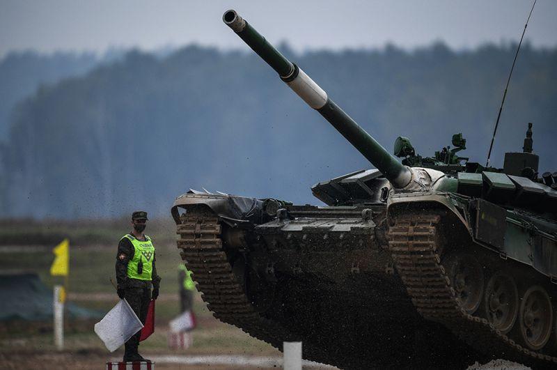 Танк Т-72 команды военнослужащих Киргизии.