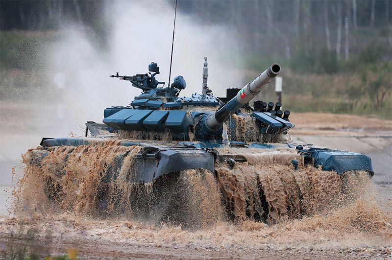 Танк Т-72 команды военнослужащих Мьянмы.
