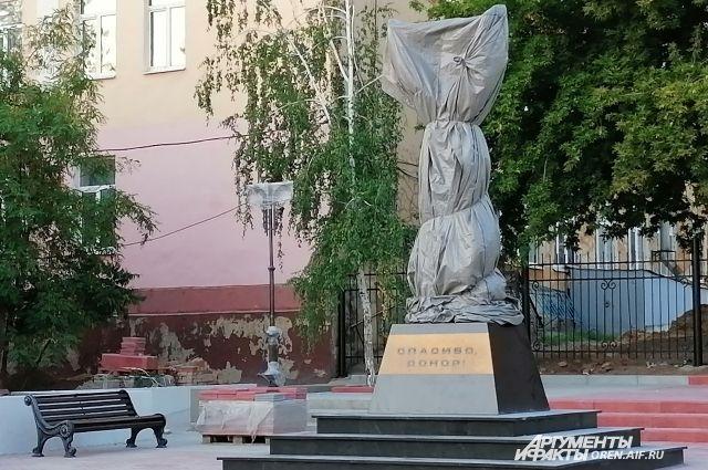 Подобных памятников, которые посвящены подвигам доноров в разное время, в России пока нет.