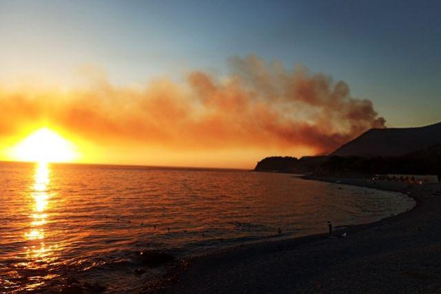 Вид на один из очагов возгорания со стороны лагуны.