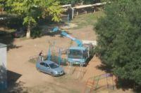 Многодетный оренбуржец своими силами строит детскую площадку во дворе многоэтажного дома.