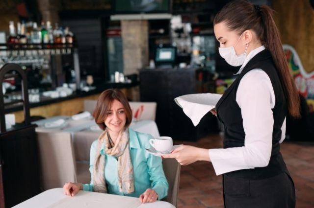Все сотрудники обязаны находиться в помещении и обслуживать людей в масках