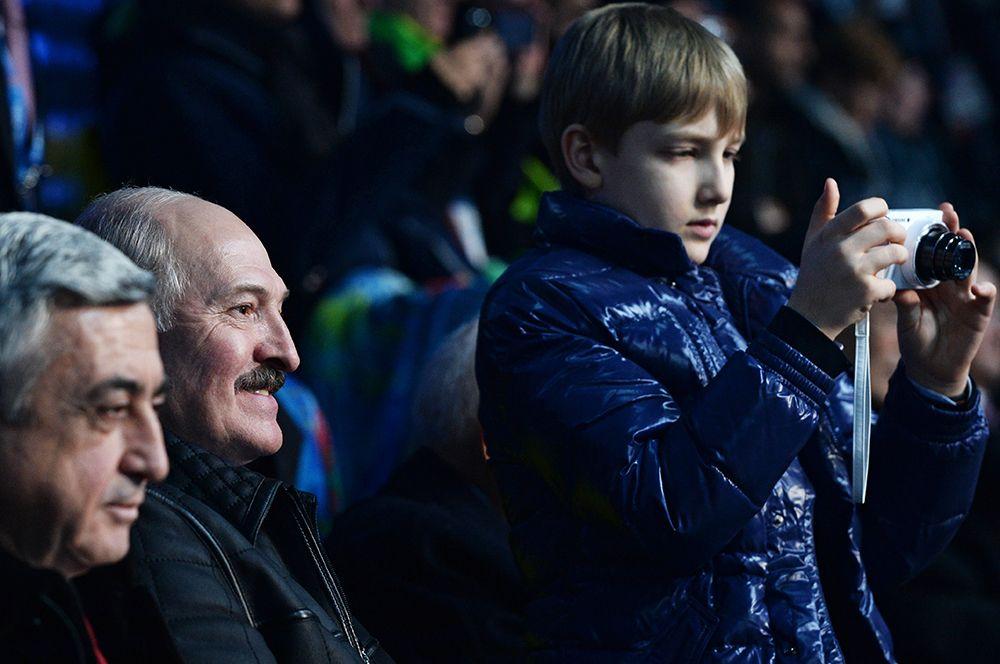2014 год. Президент Армении Серж Саргсян, президент Белоруссии Александр Лукашенко с сыном Николаем (слева направо) на трибуне во время церемонии открытия XXII зимних Олимпийских игр в Сочи.