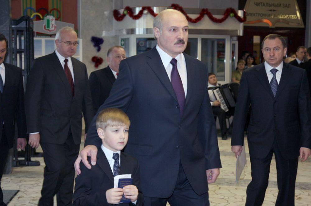 2010 год. Президент Белоруссии Александр Лукашенко с сыном Николаем принимает участие в голосовании на избирательном участке № 1 центрального района Минска.