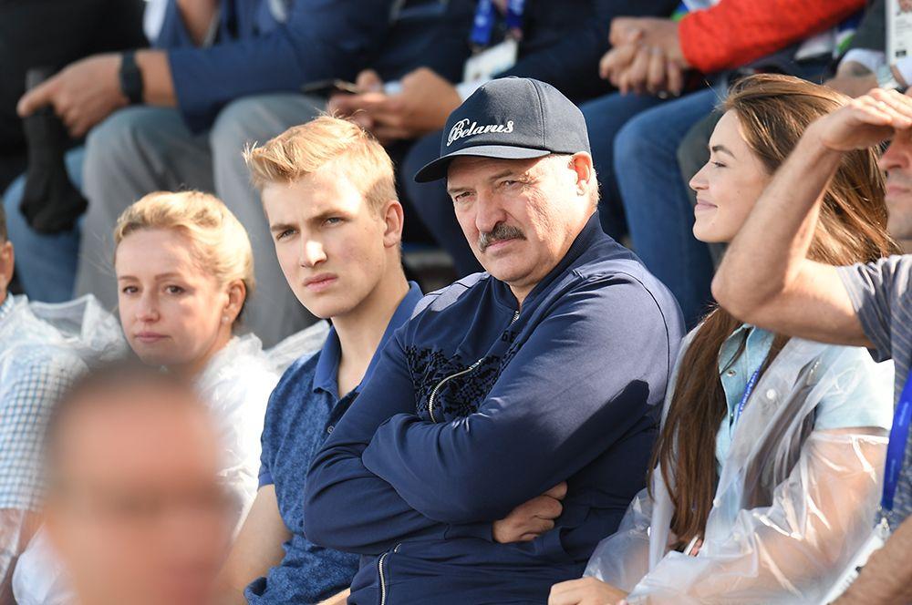 2019 год. Президент Белоруссии Александр Лукашенко (в центре) с сыном Николаем во время соревнований по гребле на байдарках и каноэ на II Европейских играх в Минске.