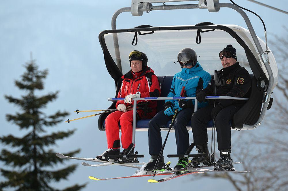 2019 год. Президент РФ Владимир Путин и президент Белоруссии Александр Лукашенко с сыном Николаем во время катания на лыжах.