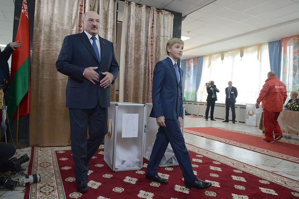 2015 год. Президент Белоруссии Александр Лукашенко с сыном Николаем на избирательном участке №1 Центрального района Минска во время выборов президента Белоруссии.