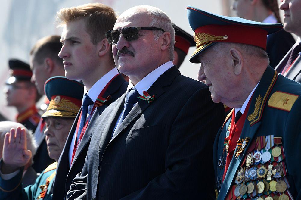 2020 год. Президент Белоруссии Александр Лукашенко с сыном Николаем (в центре) во время военного парада в ознаменование 75-летия Победы в Великой Отечественной войне 1941-1945 годов на Красной площади в Москве.