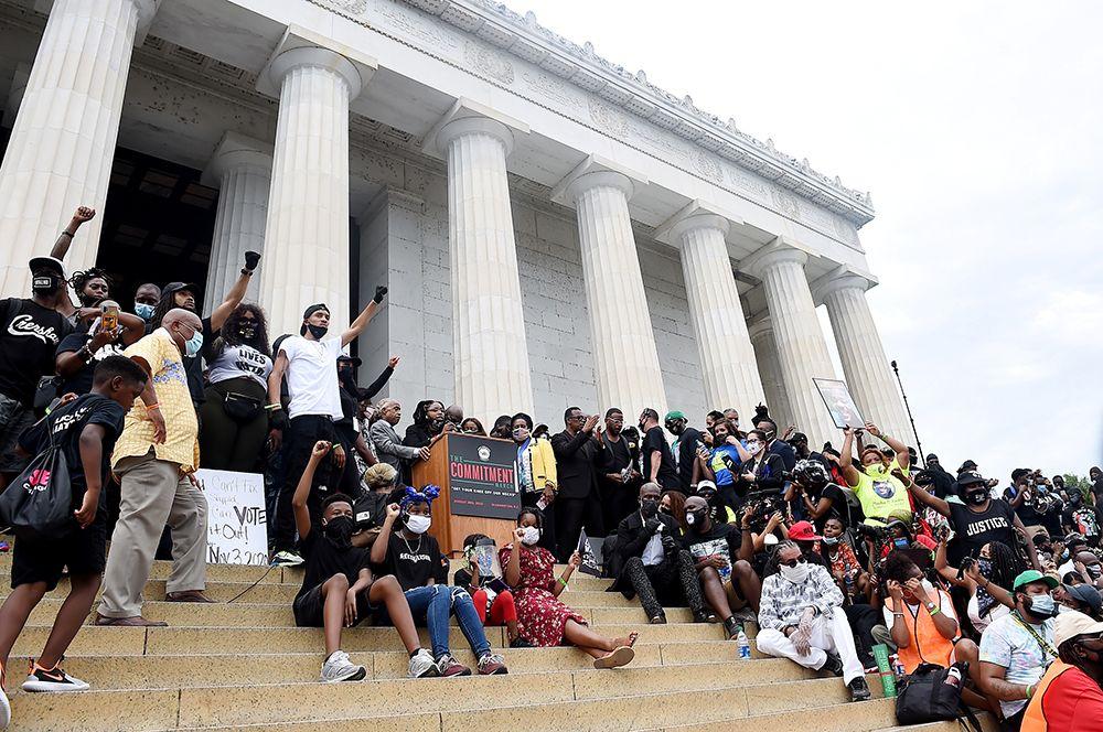 Люди около мемориала Линкольна во время марша против расовой дискриминации в Вашингтоне.