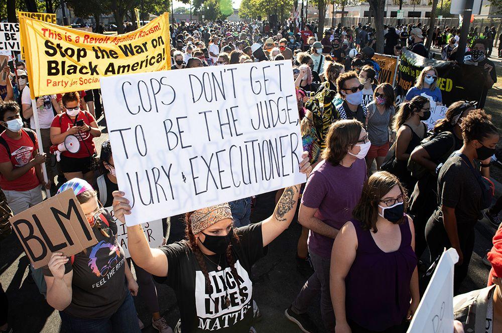 Участники протестов против полицейского произвола на одной из улиц города Кеноша в Висконсине.