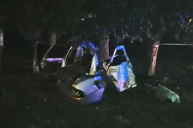 Три человека погибли в автомобиле, въехавшем в дерево в селе в Башкирии