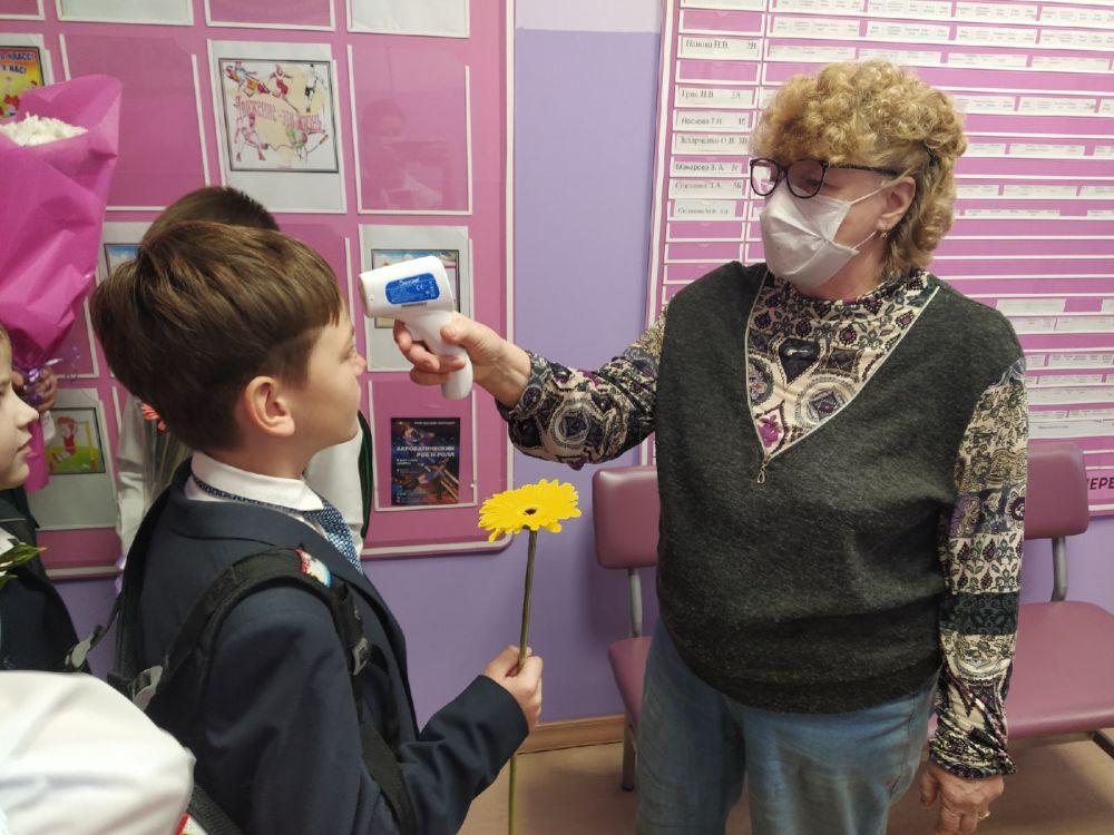 На входе в школу всем детям измеряют температуру.