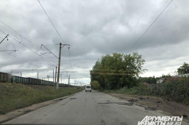 После акции местных жителей на следующий день на улице Вокзальной в Рыбном заделали ямы. Но этого надолго не хватит…