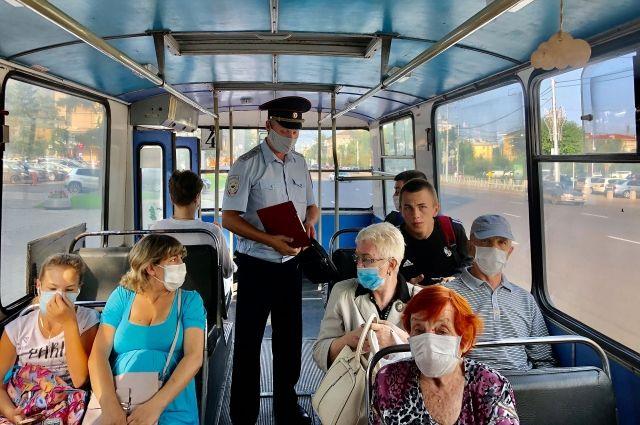 В общественных местах по-прежнему нужно находиться в масках.