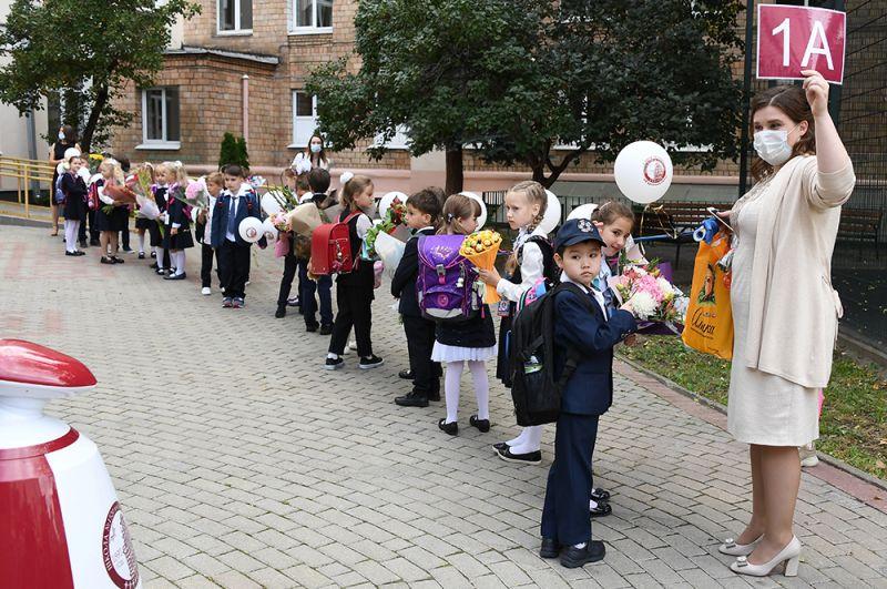 Первоклассники во время праздничной линейки в московской школе №1520 в День знаний.
